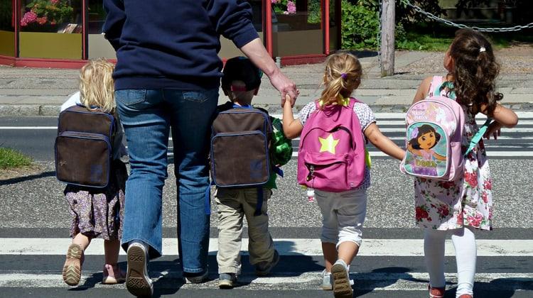 kinderen naar school